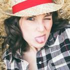 Andere manipulieren: Freche Frau mit Hut