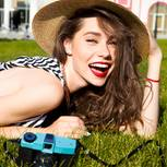 Wörter, die sympathisch machen: Frau im Gras