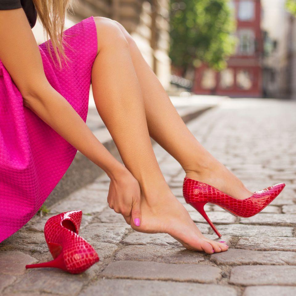Enge Schuhe weiten: Mit diesem Trick klappt's!