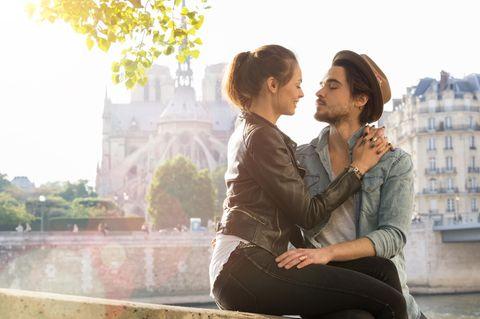 Körpersprache-Fehler: Paar am Fluss