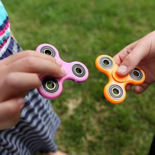 Fidget Spinner: Die traurige Geschichte hinter dem Hype-Spielzeug