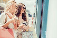 Frauen shoppen passende Mode für ihr Alter