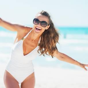 Frau im Bandeau-Badeanzug am Strand