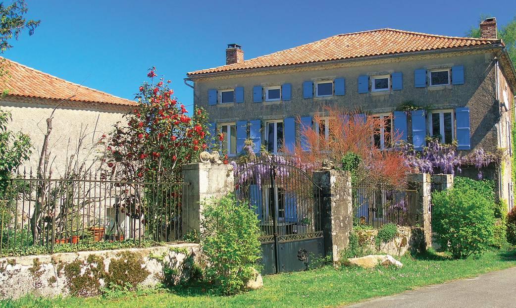 """Périgord, Frankreich: Steve und Gill aus London haben sich ihren Traum erfüllt: Sie kauften in Südwestfrankreich, am Rande des Dorfs Champniers-et-Reilhac ein Landhaus von 1850, renovierten und eröffneten 2014 ihr """"Manoir Camélia"""". Die beiden Gästezimmer """"Automne"""" und """"Printemps"""", """"Herbst"""" und """"Frühling"""", sind hell und ländlich schlicht, an der Fassade mit blauen Fensterläden wuchert eine Glyzinie, durch den Garten schleichen die Perserkatzen Misty und Chilly. Zum Frühstück gibt's selbst gemachte Marmelade, Honig und Eier von frei laufenden Hühnern, abends lädt Gill, leidenschaftliche Köchin und früher Bankangestellte, zum """"Table d'hôte"""" (25 Euro pro Person). Ex-Feuerwehrmann Steve verbringt die Zeit am liebsten bei seinen Bienenstöcken. Wälder, Seen, Schlösser, Burgen: Steve versorgt mich mit den besten Tipps. So soll ich unbedingt zum Nachtmarkt mit Live-Musik und Fressständen hier im Ort, jeden zweiten Dienstag von Juni bis August.      Manoir Camélia: DZ/F ab 75 Euro (Chez Gonaud, Champniers-et-Reilhac, Tel. 00 33/5/53 56 47 31, www.manoircamelia.com)."""