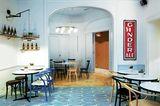 """Brüssel, Belgien:Die belgische Hauptstadt ist ein Paradies für Retro-Fans wie mich und das kleine Designhotel """"Vintage"""" die perfekte Einstimmung auf meinen Raubzug über Flohmärkte und durch Secondhandläden. Gleich um die Ecke beginnt auch die Edel-Einkaufsmeile Av. Louise – unbedingt bei """"Les Enfants d′ Edouard"""" nach alten Chanel-Kostümen und Gucci-Blusen stöbern! Hinter der Backsteinfassade des Stadthotels wird's poppig. In elf Zimmern leuchten Muster-Tapeten und Bilder, in der hauseigenen Weinbar nehme ich auf Sammlerstücken aus den 50ern, 60ern und 70ern Platz. Hingucker ist eine Bank vom New Yorker Flughafen JFK, entworfen von Charles & Ray Eames.      Vintage Hotel: DZ/F ab 75 Euro (Rue Dejoncker 45, Tel. 00 32/2/533 99 80, www.vintagehotel.be)."""