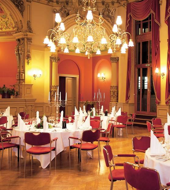 """Dresden:Kontraste machen das Leben spannend. Deshalb gefällt mir, wie im """"Hotel Dormero"""" im Südosten von Dresden modernes Design in eine denkmalgeschützte Villa von 1888 knallt: In meinem Zimmer steht auf dunklem Parkett ein alarmroter Sessel, die Rückenlehne des Betts hält farblich mit, und das Restaurant heißt nicht umsonst """"Zum Roten Eichhörnchen"""". Die Minibar ist eine Freude (alles inklusive), und beim Frühstück vergesse ich vor lauter Frische auf dem Buffet, dass ich ein Morgenmuffel bin. Statt der Tram nehme ich den Weg zu Fuß in die Innenstadt: erst vorbei an Villen, die im 19. Jahrhundert aus dem Dorf Strehlen ein Stadtviertel für Wohlhabende machten, dann durch den """"Volkspark Großer Garten"""" geradewegs ins historische Zentrum. Auch da bietet sich ein schöner Kontrast – zu dem, was man aus den Nachrichten über Dresden kennt. In Schaufenstern und an Fassaden hängt in vielen Varianten ein Plädoyer für Farbigkeit und Weltoffenheit.      Dormero Dresden City: DZ/F ab 90 Euro (Kreischaer Straße 2, Tel. 03 51/873 10, www.dormero.de/hotel-dresden-city)."""