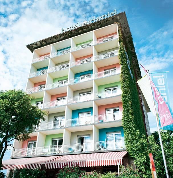 """Graz, Österreich:Als meine Freundin sagte: """"Wir schlafen bei Daniel"""", dachte ich an einen entfernten Bekannten, dessen Name mir durchgerutscht sein musste. Aber """"Daniel"""" ist tatsächlich ein Hotel, ein bunt angemalter, cooler Kasten mitten in Graz. Die Zimmer sind schnörkellos-puristisch und trotzdem gemütlich, das Frühstück ist so lecker, dass sogar Grazer zum Essen kommen – die einen, nett wie sie sind, mit Insider-Tipps versorgen. Später muss man nur aus der Lobby des Hotels hinausfallen und ist schon mitten in den Highlights der ehemaligen Kulturhauptstadt. Zum Beispiel auf dem Schlossberg in der Altstadt, von wo sich ein 360-Grad-Blick über die vielen verwinkelten Gassen bietet. Wieder unten sollte man das genießen, was es hier zuhauf gibt: modernes Design. Im Kunsthaus etwa, das wie eine Blase zwischen den Dächern der Stadt schwebt.      Hotel Daniel Graz: DZ/F ab 81 Euro (Europaplatz, Tel. 00 43/31 67 11 08 00, www.hoteldaniel.com)."""