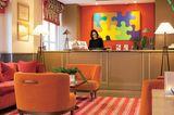 """Paris, Frankreich:Die bunten Puzzlebilder des italienischen Künstlers Alberto Cont im Entrée machen gute Laune. Auch der rot-weiß karierte Frühstücksraum des """"Hotel La Manufacture"""" ist süß, aber mich zieht es für Croissant und Café hinaus auf die Terrasse. Die 57 Zimmer im großbürgerlichen Eckhaus sind klein und schlicht, aber für Paris wirklich günstig. Zu Fuß oder mit der Metro bin ich schnell im Quartier Latin oder im Jardin des Plantes. Und eine wahre Entdeckung ist die """"Manufacture des Gobelins"""" um die Ecke, nach der das Hotel benannt ist – bis heute werden dort kostbare Wandbehänge gewebt, und unter Stuckdecken hängen wahre Schätze! Wer genug vom Sightseeing hat, geht hinter der Place d′ Italie in das asiatische Viertel, wo viele Einwanderer aus Vietnam, Laos, Thailand und China leben, und stärkt sich mit einer köstlichen vietnamesischen Nudelsuppe.      Hotel La Manufacture: DZ/F ab 84 Euro (Rue Philippe de Champagne 8, 13. Arrondissement, Tel. 00 33/1/45 35 45 25, www.hotel-la-manufacture.com)."""