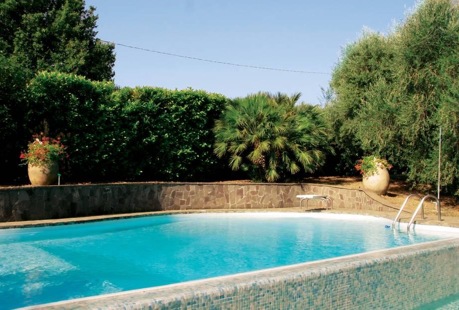 """Toskana, Italien: Ach, Toskana! Da gibt es ja so viel zu sehen. Lucca mit seiner perfekt erhaltenen Stadtmauer; in einer halben Stunde wären wir da. Pistoia, wo wir uns in zahllosen Aperitif-Bars unter die Leute mischen würden; nur 20 Minuten entfernt. Florenz ist auch nicht viel weiter weg. Doch """"weg"""" ist eher hypothetisch. Denn wir liegen am Pool unter silbrig schimmernden Olivenbäumen und können uns nicht vorstellen, dass es uns irgendwo anders besser gehen könnte. Das Bed & Breakfast """"Casa del Pino"""" ist wie ein Zuhause in Italien, eine großzügige Villa mit Zimmern, in denen Landhausstil, Familienerbstücke und Ikea aufeinandertreffen. Und eigentlich könnten wir auch mal mit den Casa-eigenen Mountainbikes durch die hübsche Hügellandschaft von Montecatini strampeln. Falls wir uns vom Pool losreißen.      Casa del Pino: DZ/F ab 79 Euro (Via Falciano 34, Colle di Buggiano, Tel. 00 39/05 72/77 25 84, www.casadelpino.com)."""