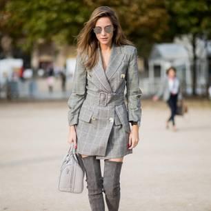 Bloggerin trägt ein Blazer-Kleid