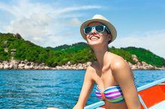 Frau im Sommer auf Segelboot