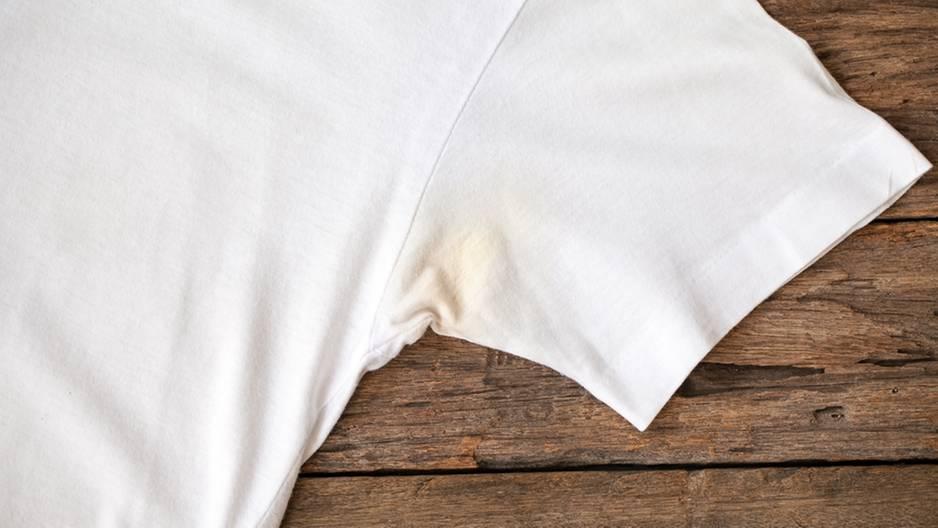 Schweißflecken im T-Shirt: So verschwinden sie sofort