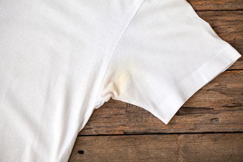 Schweißflecken entfernen – mit diesem Trick