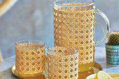 Das Peddig-Geflecht der klassischen Kaffeehausstühle gibt's fertig vom Meter – und verwandelt Simples schnippschnapp in Schmuckstücke.    Hier gehts zur DIY-Anleitung.  Tablett und Tisch: Bon Voyage