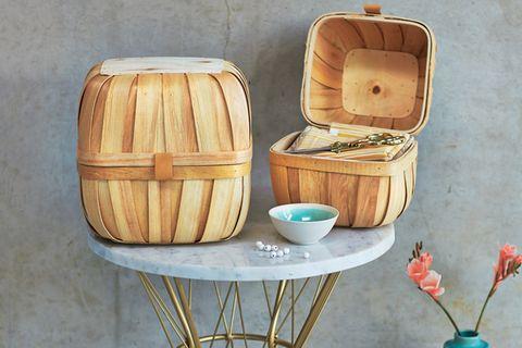Wohin mit Stoffresten, Häkelnadeln und Garn? Am besten in formschöne Boxen, die je aus zwei verbundenen Körben bestehen und ganz einfach mit Lederstücken zusammengeklebt werden.  Hiergehts zur DIY-Anleitung.  Vase: Bon Voyage