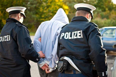 Sex-Täter springt auf der Flucht vor der Polizei in den Rhein