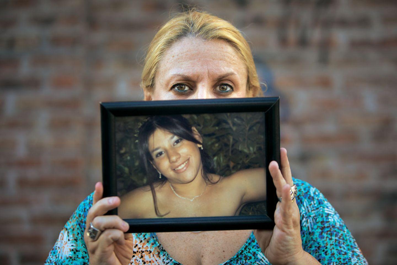 Marcela Moreras zeigt das Bild ihrer Tochter