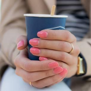 Frau mit Nagellack und Kaffee