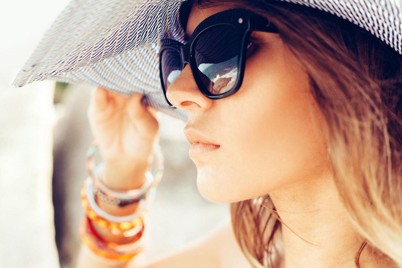 Hitzepickel: junge Frau, Sommer, Schwitzen