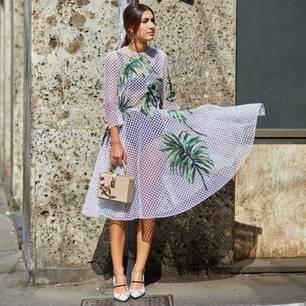 Frau mit transparentem Kleid