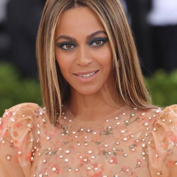 Was wäre eine Forbes-Liste ohne Beyoncé? Keine Ahnung, die hat es schließlich schon eine gefühlte Ewigkeit nicht mehr gegeben. Denn fest steht: was die Sängerin anfasst, wird zu Gold – oder eben zu ein paar hübschen Milliönchen. So 105 zum Beispiel ...