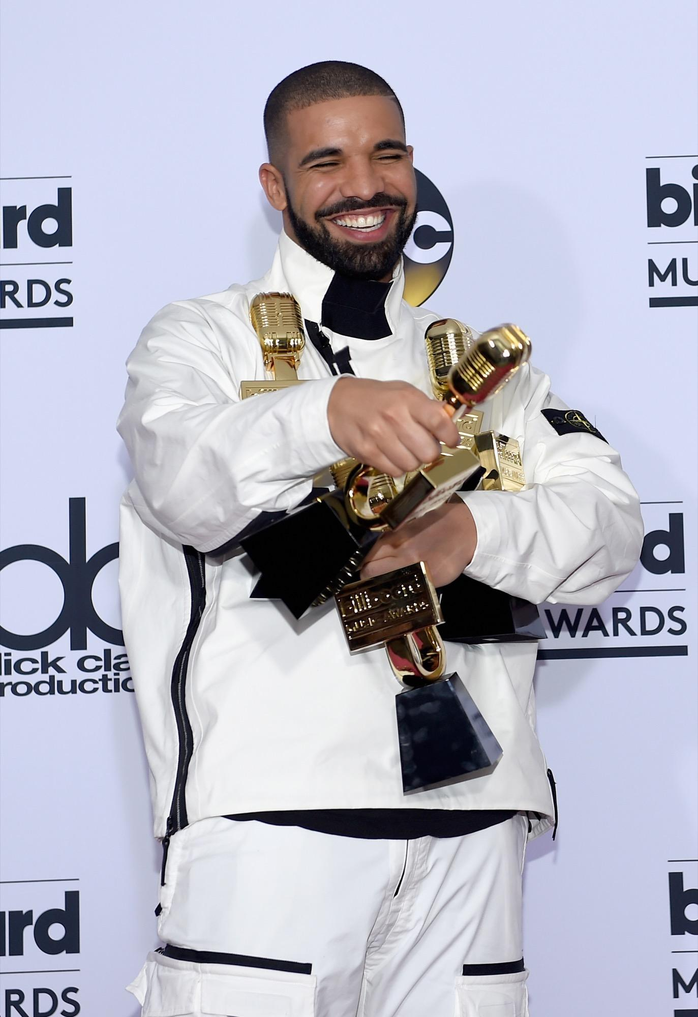 Er ist aus der Musikwelt gerade nicht wegzudenken. Kein Wunder also, dass Drakes Durchhaltevermögen fürstlich belohnt wird. Und 94 Millionen US-Dollar dürften doch Motivation genug sein, um noch ein bisschen weiterzumachen, oder?