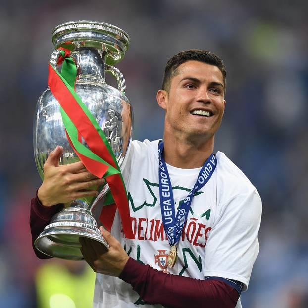 Cristiano Ronaldo hat alles: Ein Aussehen, das sämtliche Frauen ihre Manieren vergessen lässt, eine süße Familie wie aus dem Bilderbuch und ein Bankkonto, das aus allen Nähten platzt. Für 93 Millionen Dollar ist darauf dennoch noch Platz.
