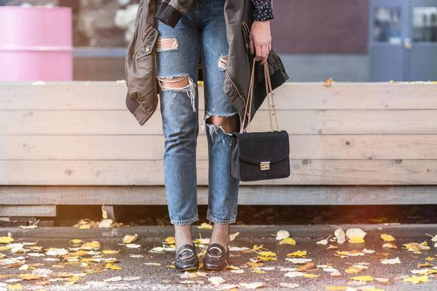 Frau in Destroyed Jeans