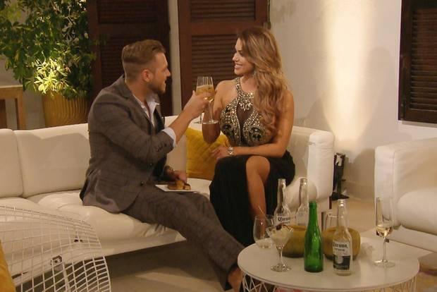 Alex weiß, wie er die Bachelorette um den Finger wickelt - NICHT!