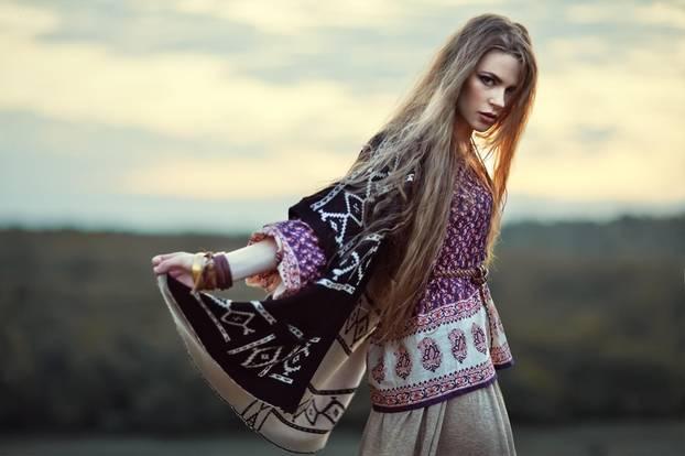 Mode-Quiz: Frau in Ethno-Bluse