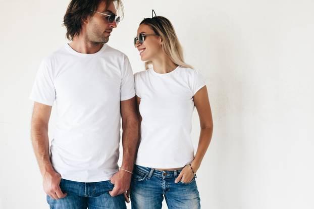 Mode-Quiz: Mann und Frau in weißem T-Shirt