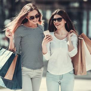 Frauen beim Sale-Shopping