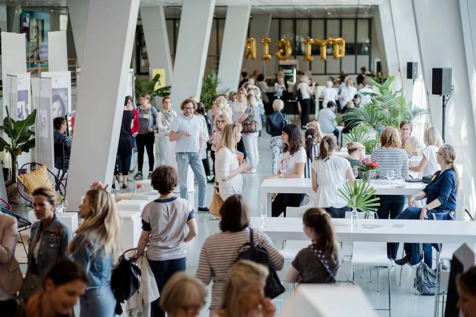 Alle Gäste fanden sich zunächst im geschmückten Foyer des Verlagshauses ein