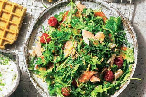 Kräuter-Himbeer-Salat mit Räucherforelle und Buchweizenwaffeln