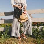 Frau in luftiger Sommerhose