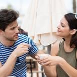 Frau und Mann treffen sich zum ersten Date