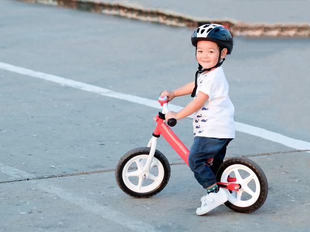 Junge auf Laufrad in Schwerin
