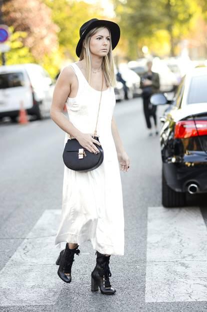 Weiße Kleider: rockig zu Hut und Boots