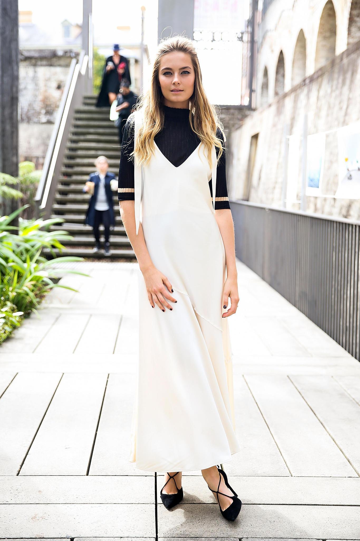 Weiße Kleider: Streetstyle mit schwarzem Rolli