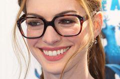 Make-up für Brillenträgerinnen: Schauspielerin Anne Hathaway trägt ein Modell in Horn-Optik