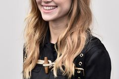 Make-up für Brillenträgerinnen: weich fallende Locken geben dem Gesicht eine schöne Kontur