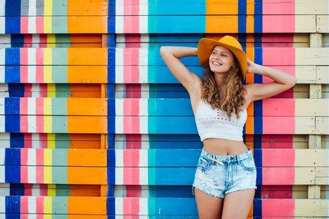 Frau in Top und Shorts bei Hitze-Wetter