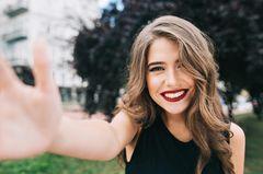 Jünger aussehen mit Make-up-Tricks
