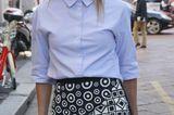 Bloggerin Helena Bordon trägt große Ohrringe in Blumenoptik