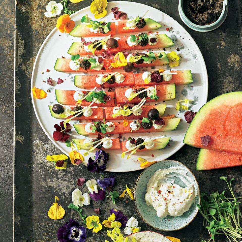 Wassermelone mit Ziegenkäse, Oliven und Kresse