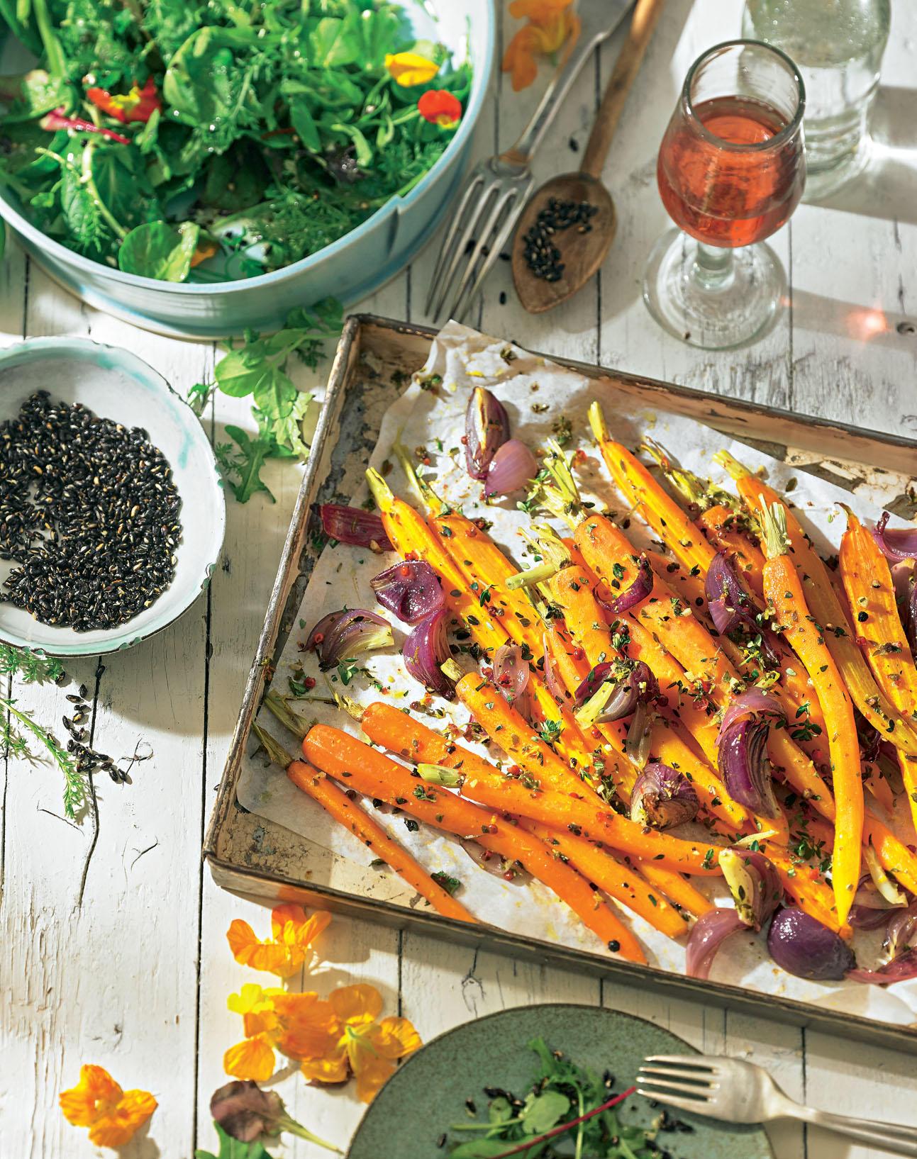 Orangen-Karotten vom Blech mit Wildkräutersalat