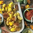 Marinierte neue Kartoffeln mit dreierlei Dips und geröstetem Knoblauch