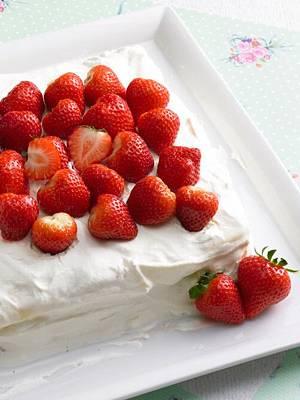 Obsttorte mit zartschmelzendem Eis und frischen Erdbeeren