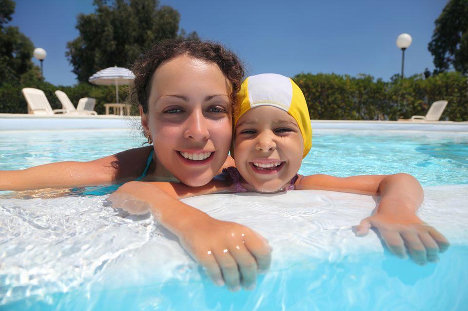 Mutter im Pool