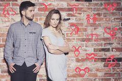 Was am Partner stört: Paar vor Mauer